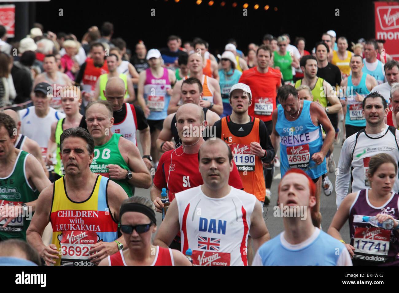 Guide di scorrimento in concorrenza nella maratona di Londra del 2010. Le foto scattate sul lato nord del Tamigi Immagini Stock