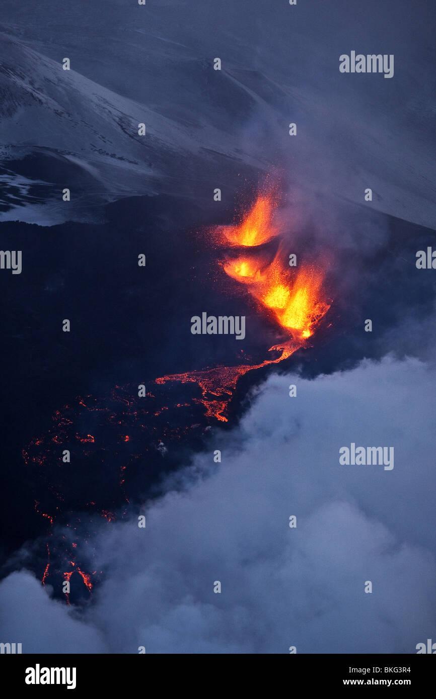 Il fuoco e il ghiaccio-eruzione del vulcano in Islanda a Fimmvorduhals, una cresta tra il ghiacciaio Eyjafjallajokull Immagini Stock