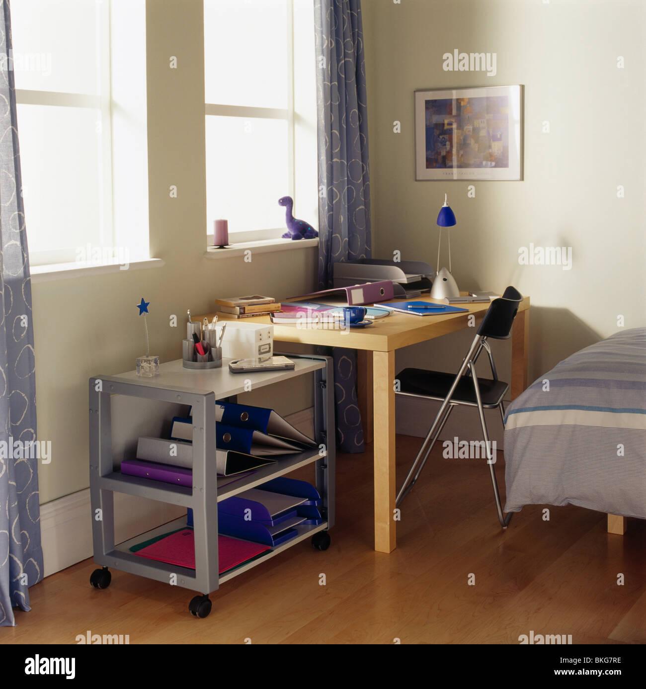Carrello in metallo e una piccola scrivania e sedia in area per lo ...