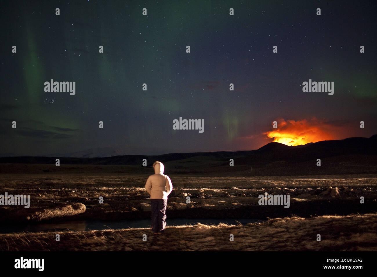 Auroras con eruzione del vulcano in Islanda a Fimmvorduhals, una cresta tra il ghiacciaio Eyjafjallajokull e il Immagini Stock