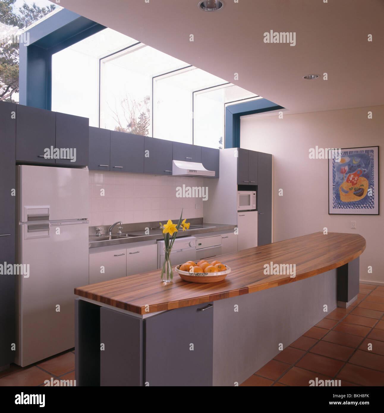 Cucina Moderna Con Tetto In Legno.Piano Di Lavoro In Legno Sull Isola Lunga Unita Nella Cucina Moderna