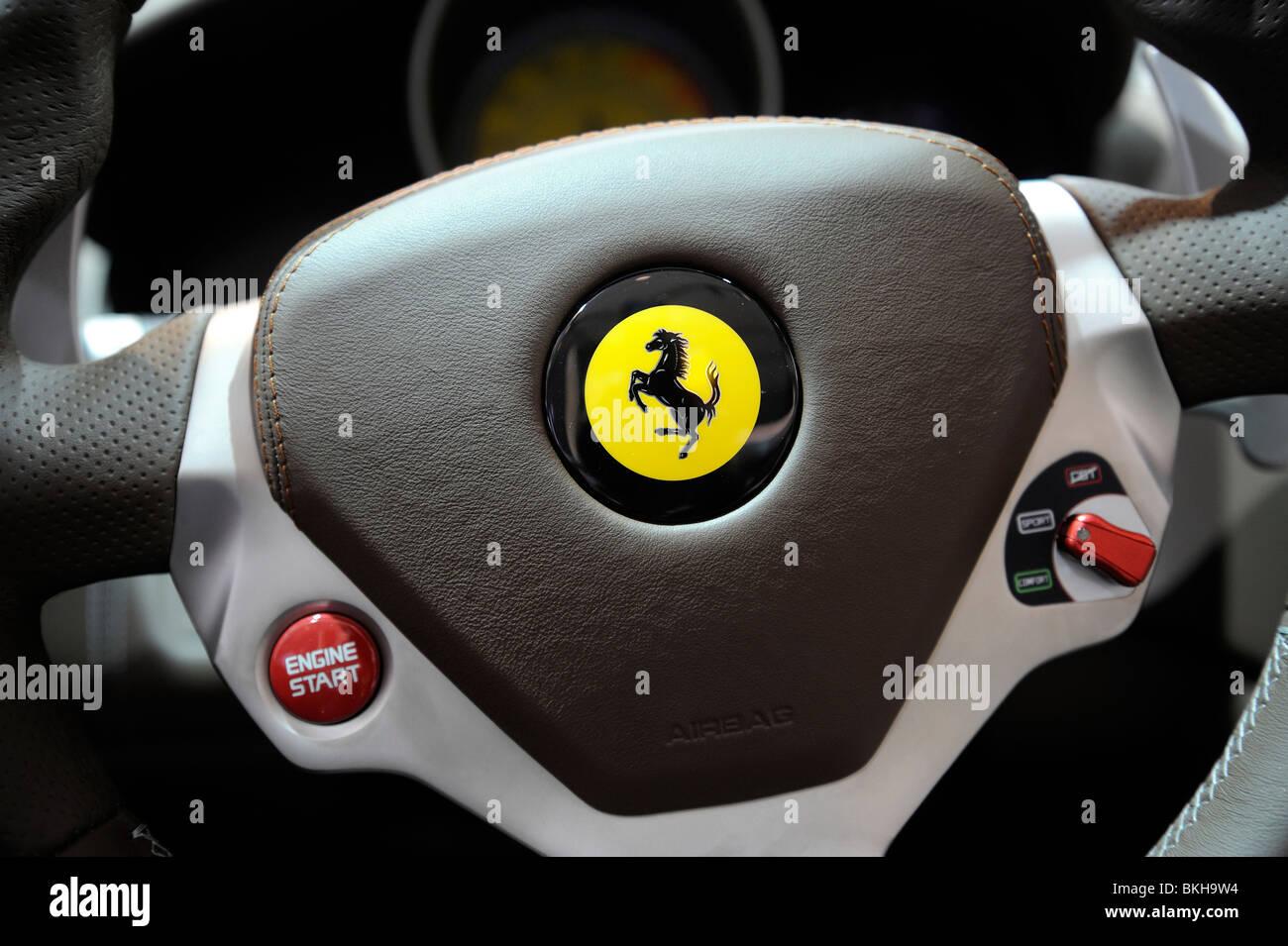 Volante in prospettiva di una Ferrari California presso il Beijing Auto Show 2010. Immagini Stock