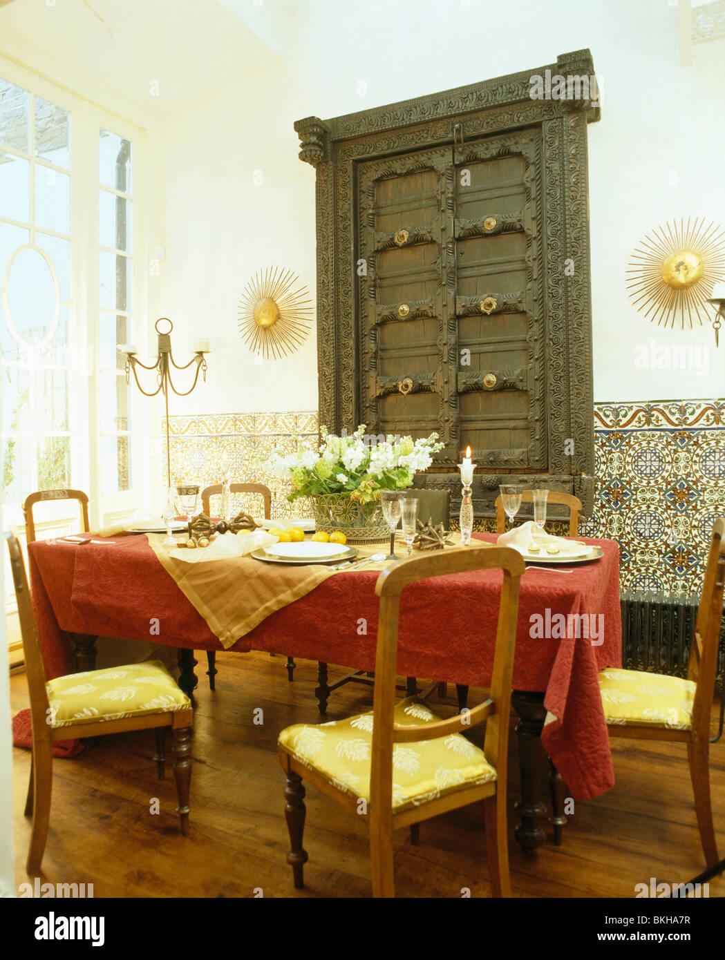 Porte scolpite sulla parete armadio in spagnolo sala da pranzo con ...