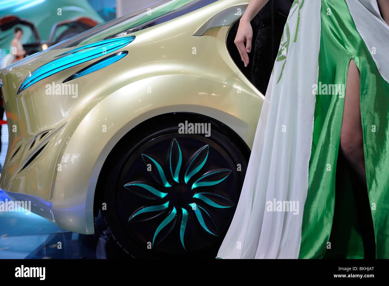 Un modello pone accanto a un 'IAT Zu' concept car elettrica, progettato da IAT (Cina) Automobil tecnologia, Immagini Stock