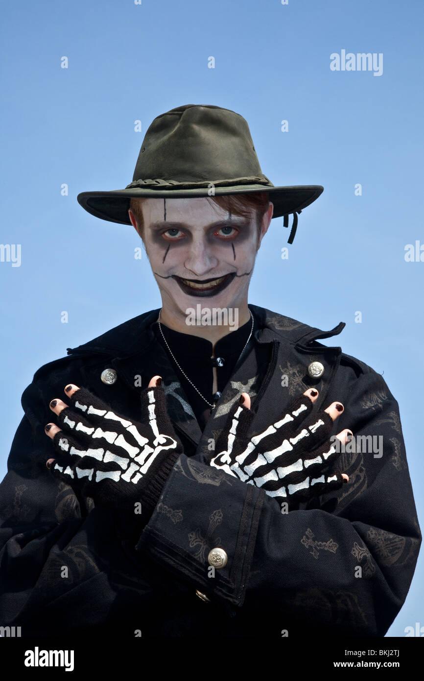 I fantasmi di skelton (MR), un giovane uomo vestito per la festa di Halloween, indossare un cappello nero e guanti Immagini Stock