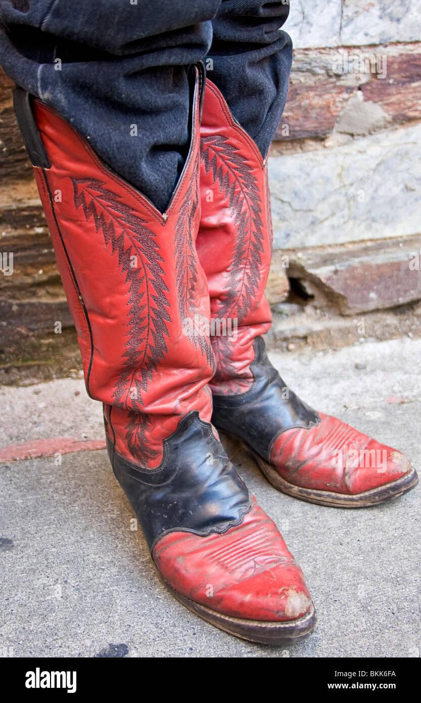Una chiusura di un uomo in piedi ben indossato stivali da