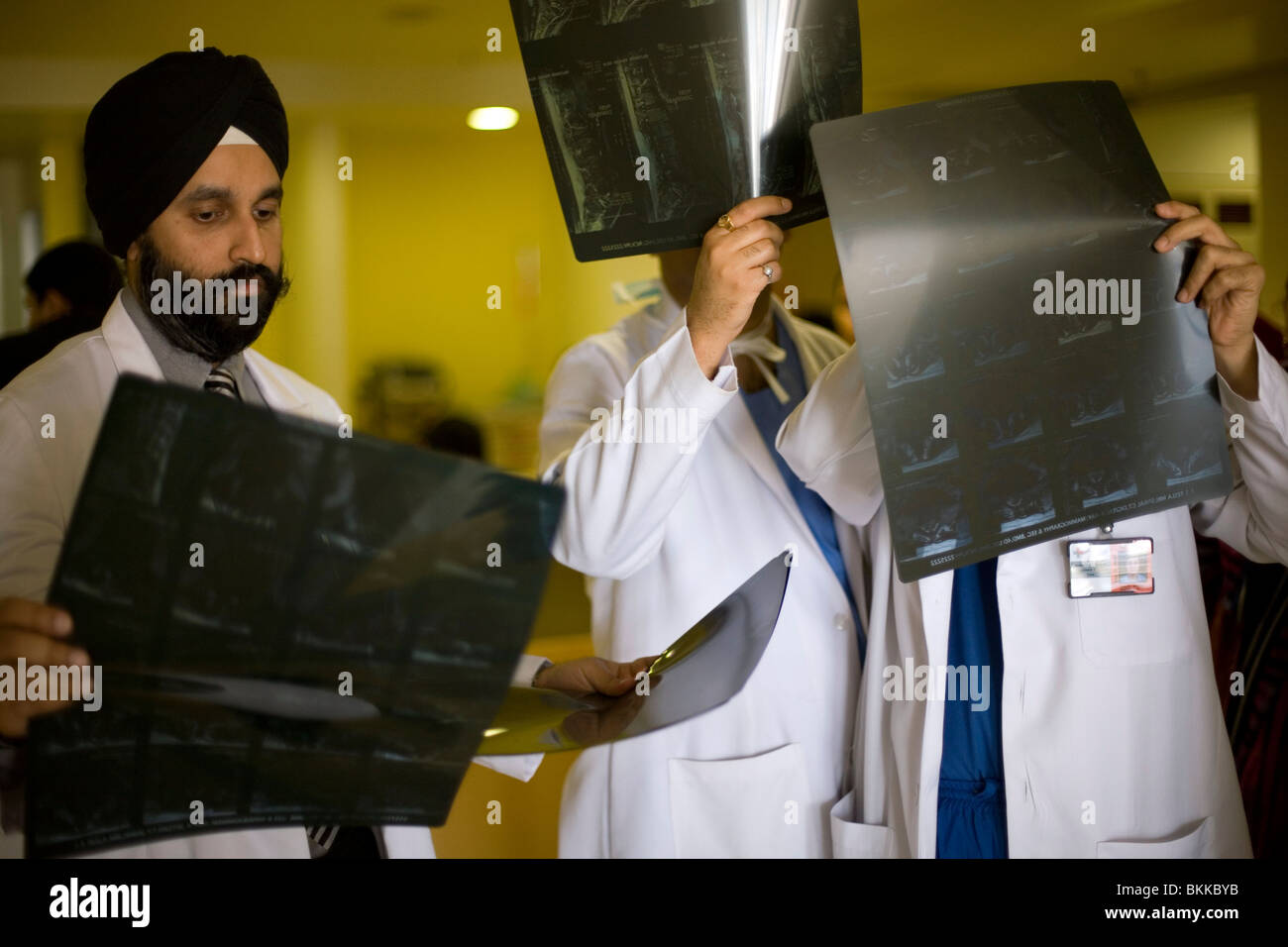 I medici discutere un paziente x-ray presso l Ospedale Medicity, Gurgaon, India Immagini Stock
