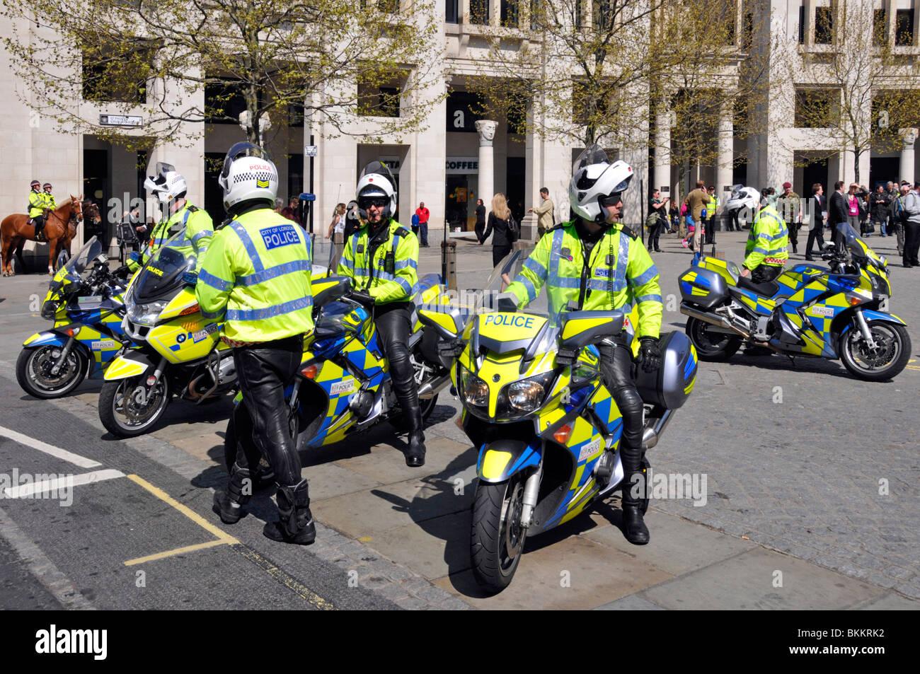 Città di Londra in moto in attesa di polizia per accompagnare una sfilata Immagini Stock