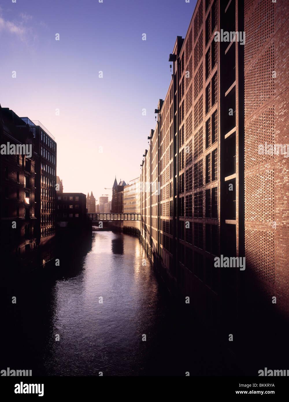 Rinnovato magazzini al ringiovanimento Speicherstadt area project a Amburgo, Germania Immagini Stock