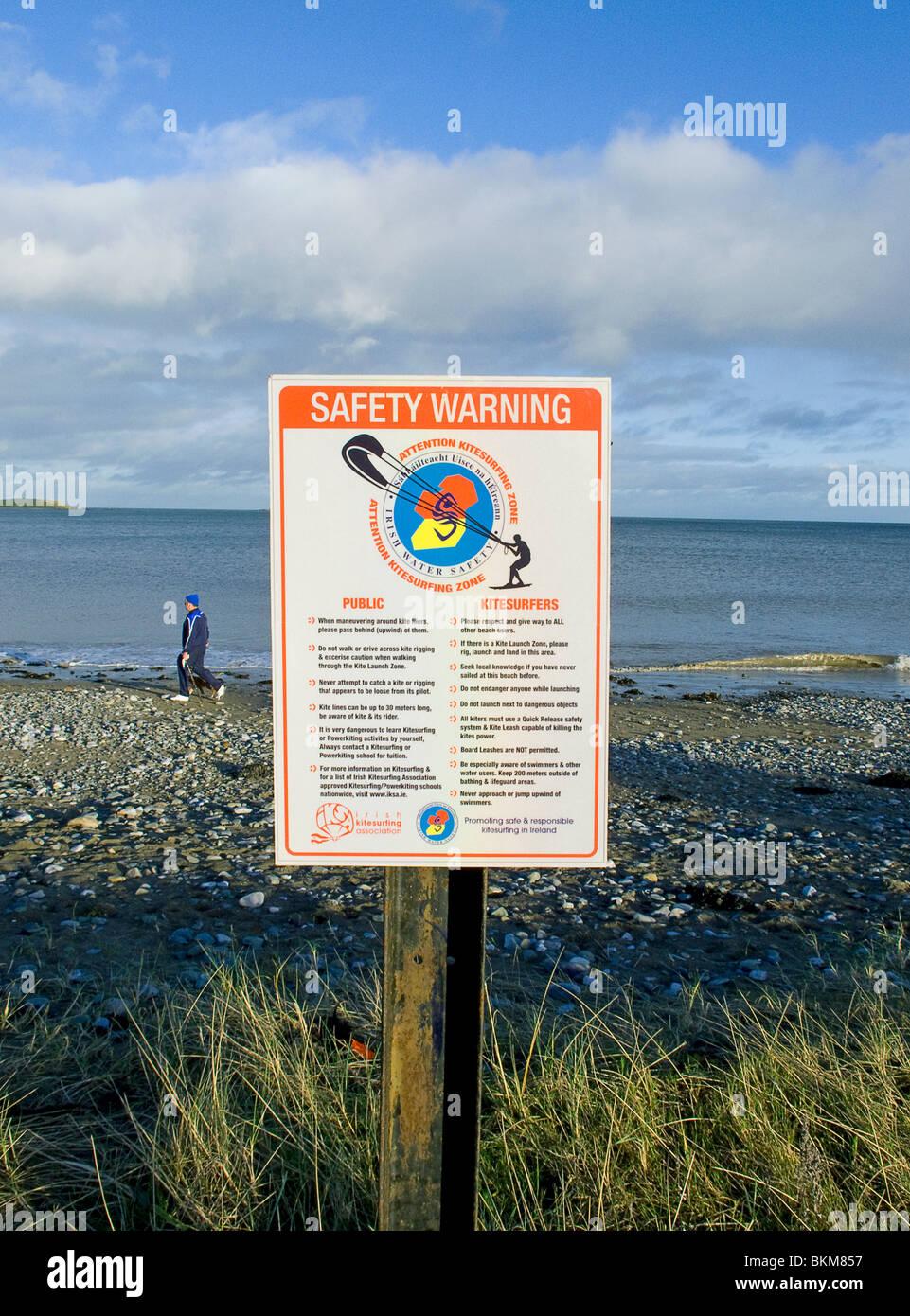 Un avviso sulla salute e sulla sicurezza, particolarmente al mondo per il kite sulla spiaggia di Skerries, regione Immagini Stock