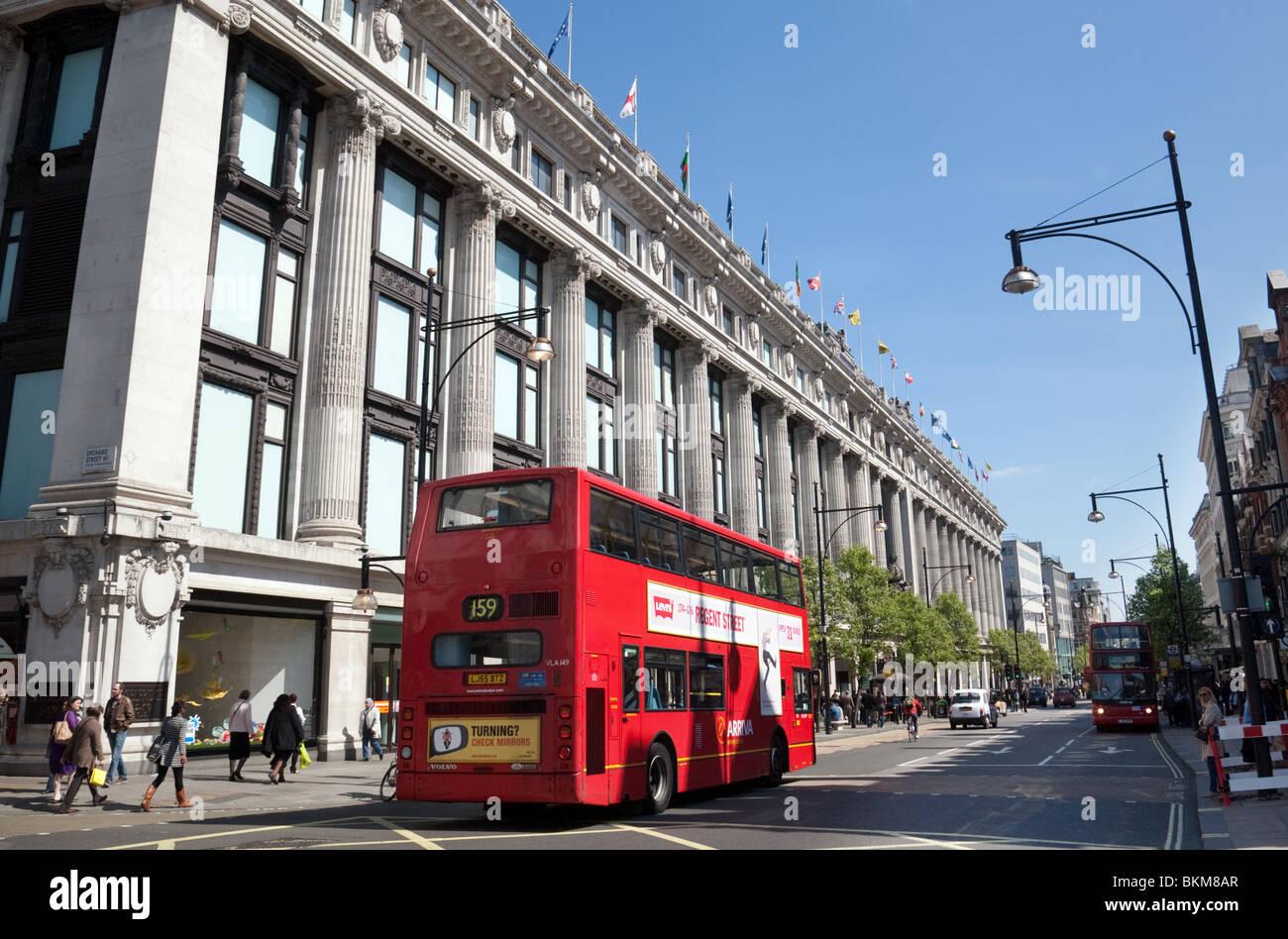Gli autobus al di fuori di magazzini Selfridges in una giornata di sole in estate, Oxford Street, London REGNO UNITO Foto Stock