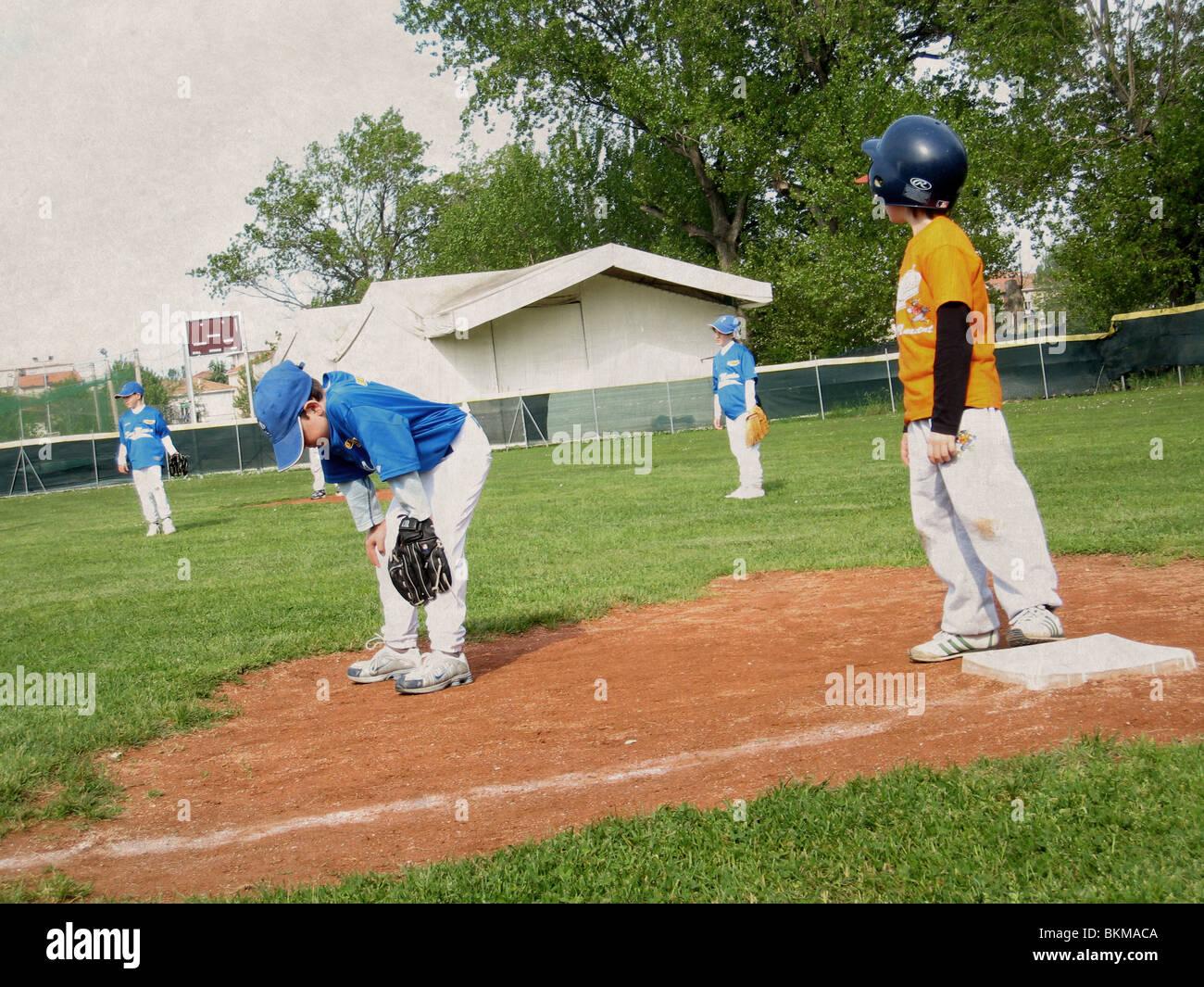 Ragazzo a giocare a baseball Immagini Stock