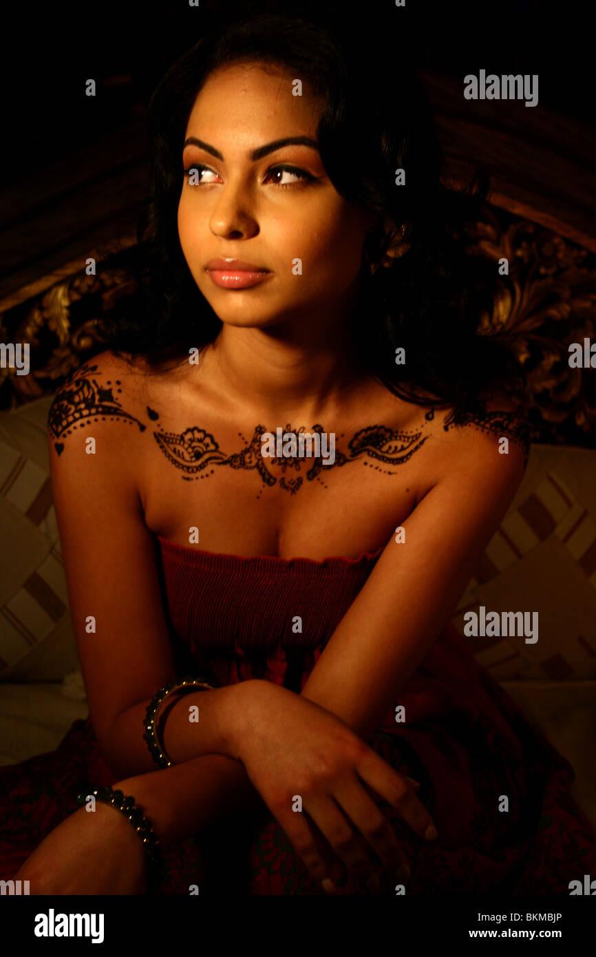 Close up ritratto di donna dipinta con moderno design henné sulle sue spalle. Foto Stock