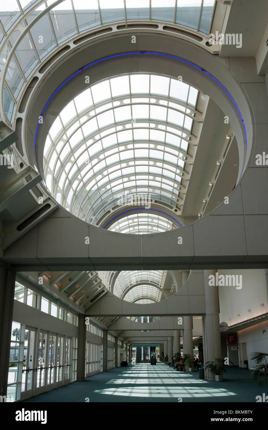Vetro circolare soffitto sulla lobby in stile atrio e corridoio del Centro Congressi di San Diego in California Immagini Stock