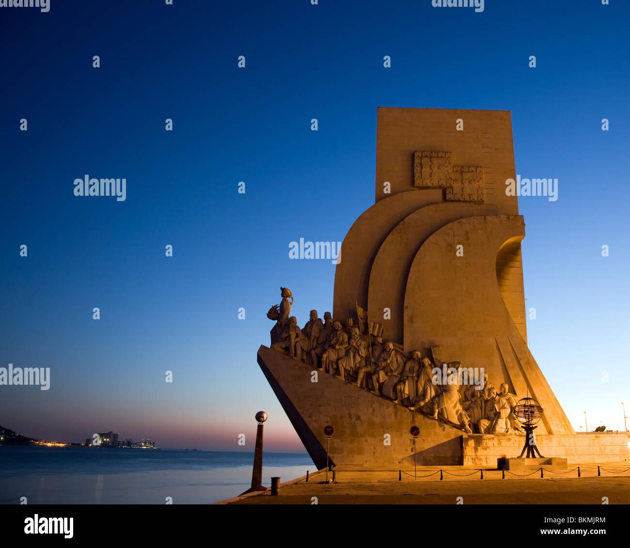 Il Monumento delle Scoperte al crepuscolo, Lisbona, Portogallo Immagini Stock