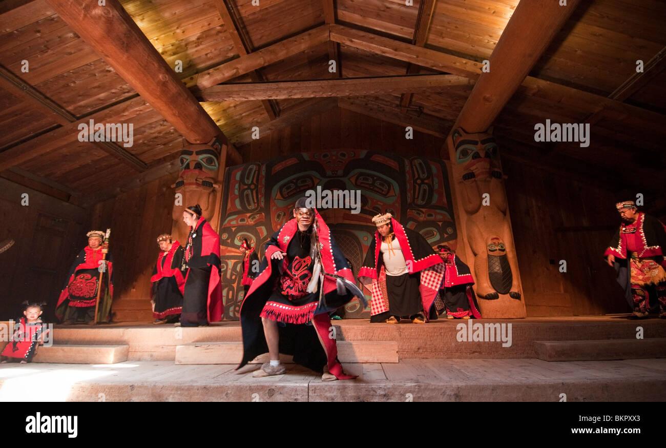 Tlingit danzatori Nativi presso il Villaggio Saxman clan house, Ketchikan, Alaska Immagini Stock