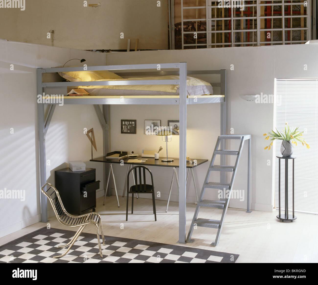 Piattaforma di metallo bed e la scaletta sopra tavolo e sedia in bambino studio moderna camera - Sedia camera da letto ...