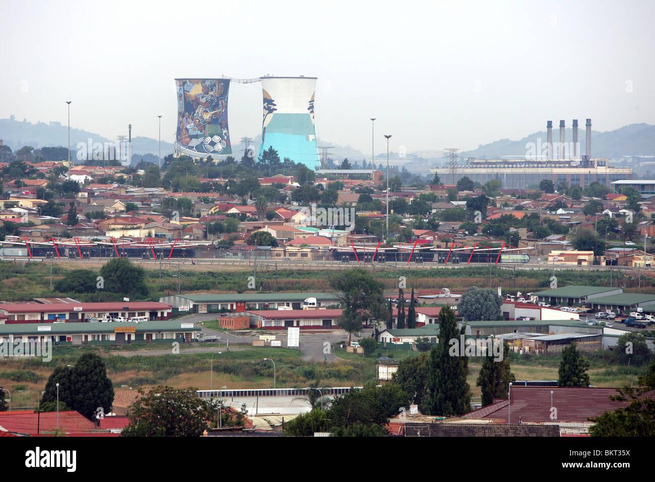 Dipinto di Power Station torre di raffreddamento a Soweto, Johannesburg, Sud Africa Immagini Stock