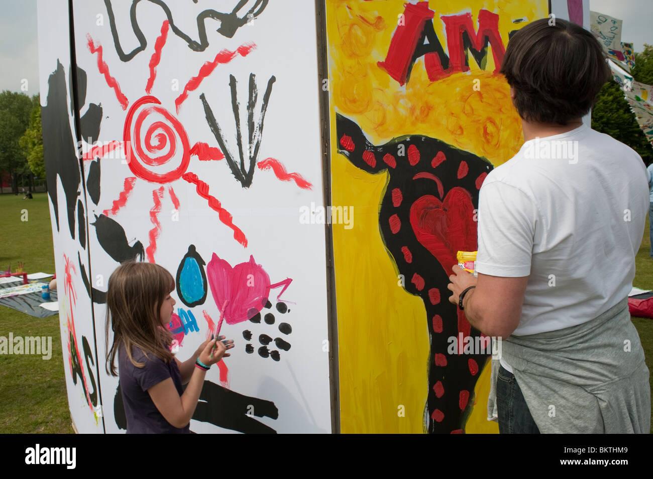 """Celebrazione del mondo """"commercio equo"""" giorno, con gli uomini la pittura a parete, sul prato di La Villette Immagini Stock"""
