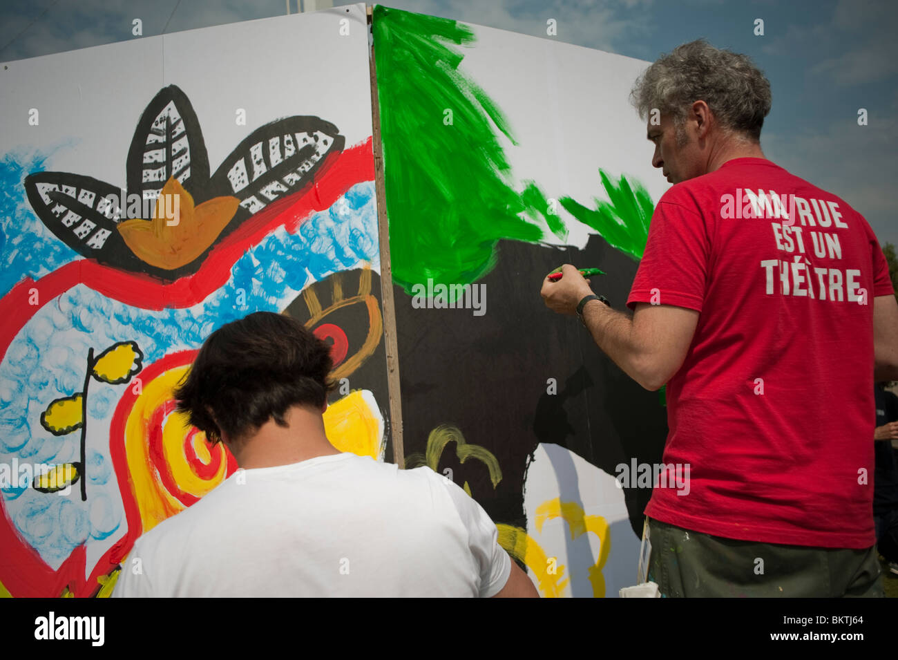 """Celebrazione del mondo """"commercio equo"""" giorno, prato di La Villette Park, uomini muro dipinto graffiti Immagini Stock"""