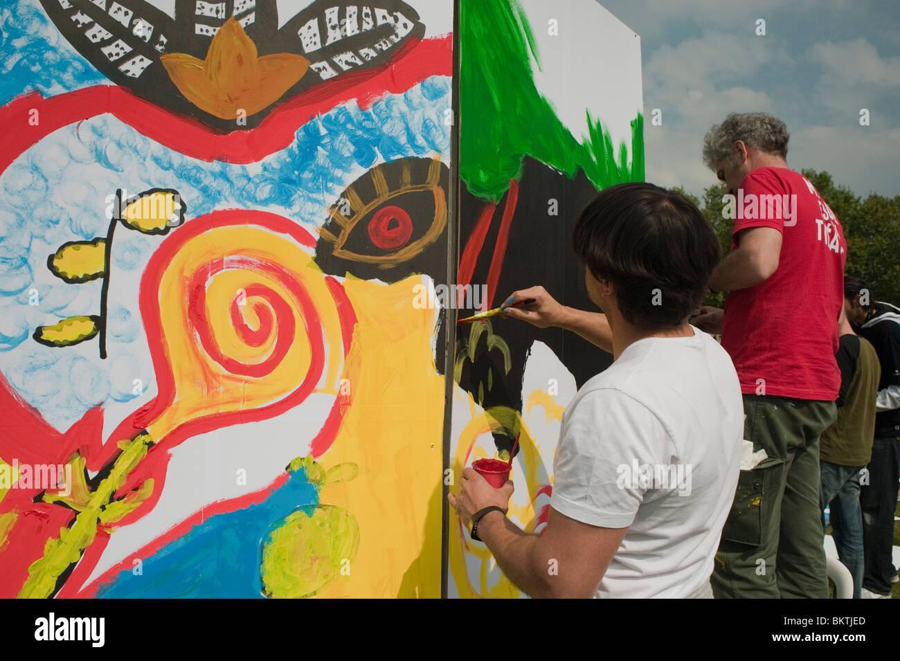"""Celebrazione del mondo """"Fair Trade"""", giorno dell'uomo con la parete di pittura murale,, a La Villette Immagini Stock"""