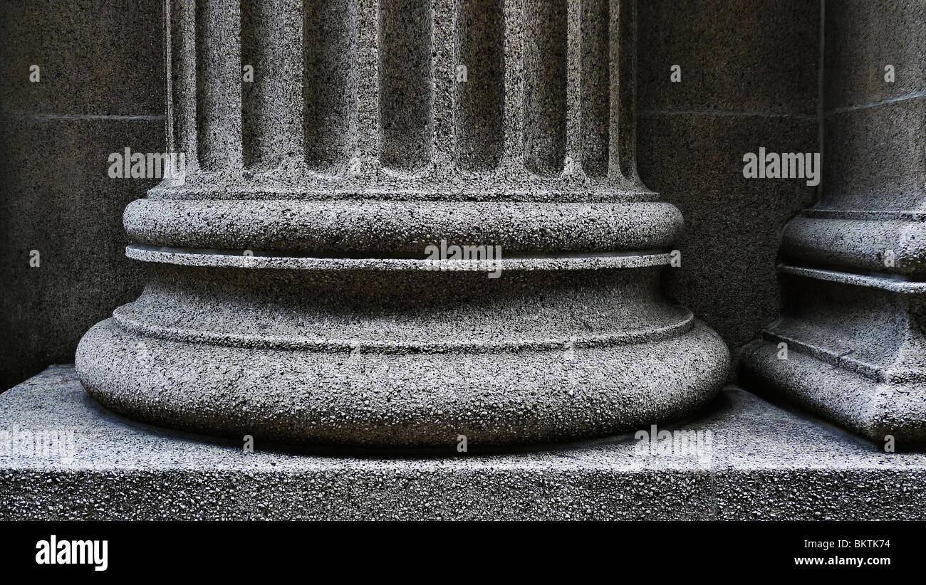 Close-up di un forte sostegno pilastro architettonico di base. Immagini Stock