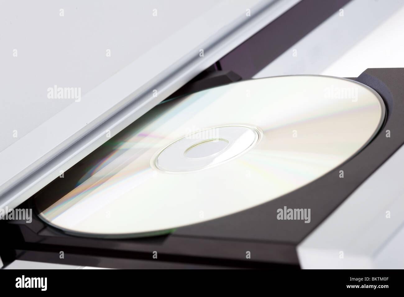 Lettore DVD di espulsione del disco con isolati su sfondo bianco Immagini Stock