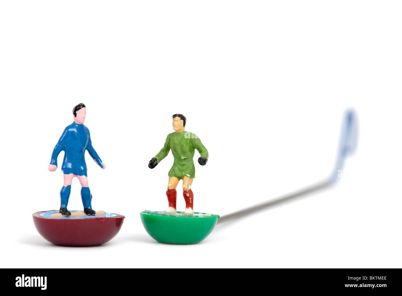 Vintage Subbuteo® toy giocatore di football e portiere, isolato su sfondo bianco Immagini Stock