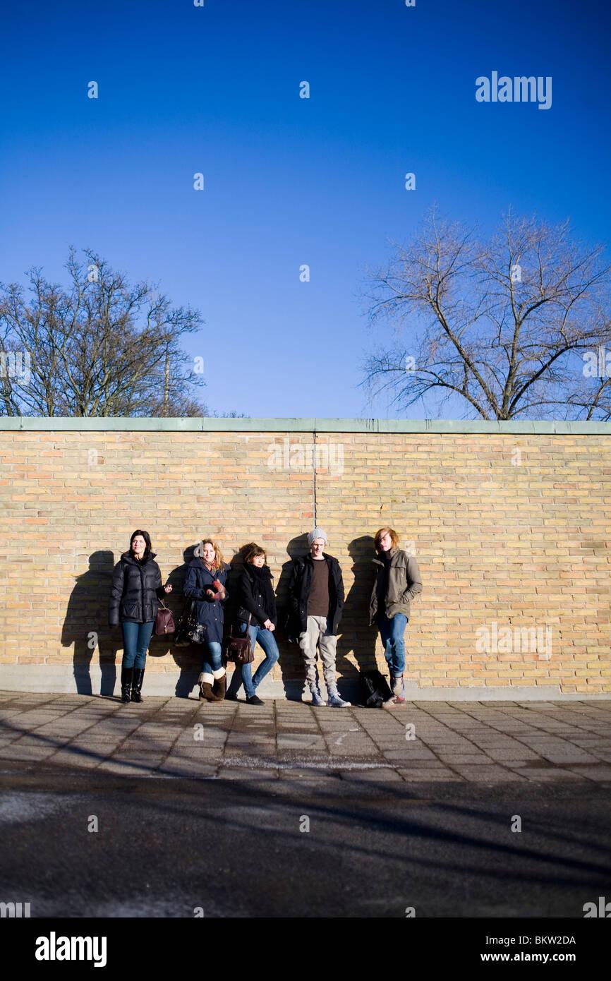 Gli studenti appendere fuori da una parete Immagini Stock
