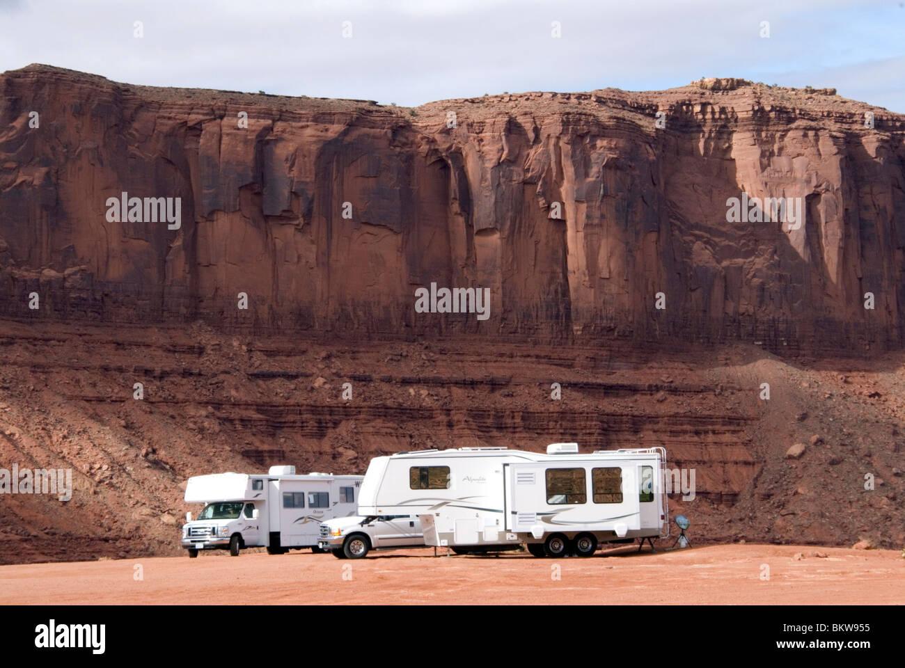 RVs veicoli ricreativi parcheggiato presso la primitiva campeggio al parco tribale Navajo del Centro Visitatori Immagini Stock