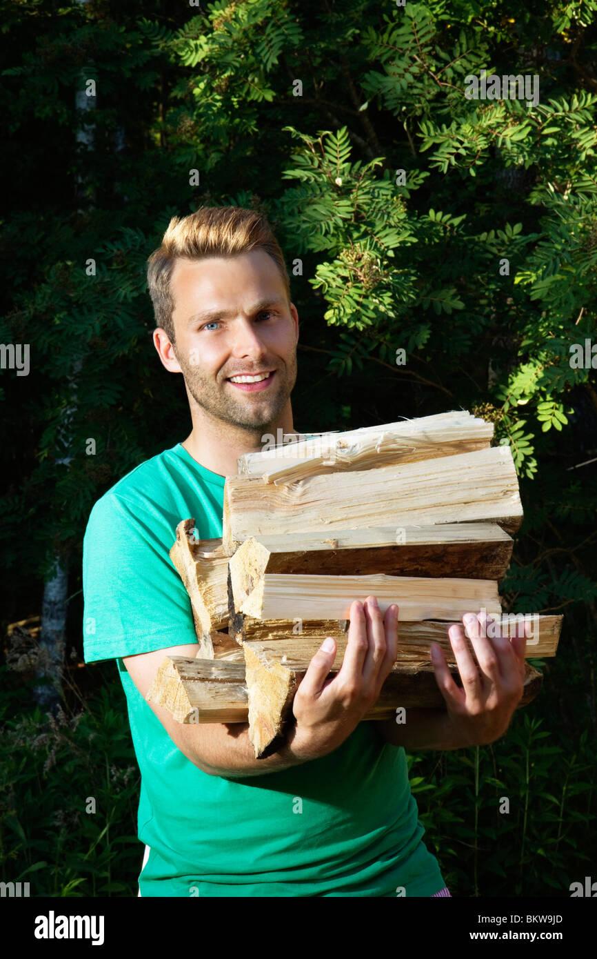 L'uomo trasporta legno Immagini Stock