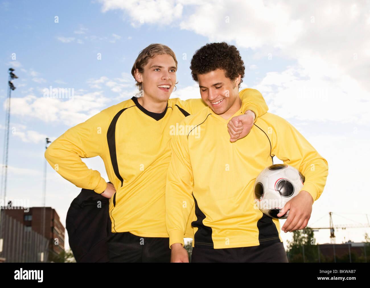 Due ragazzi in posa con il calcio Immagini Stock