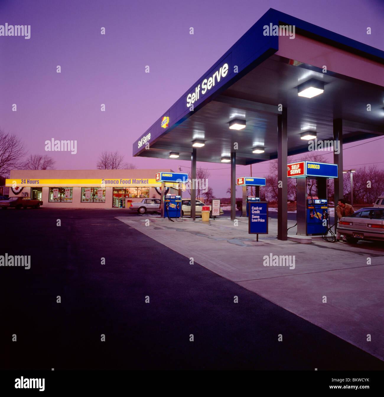 Vista del tramonto di una stazione di benzina e il minimarket Immagini Stock