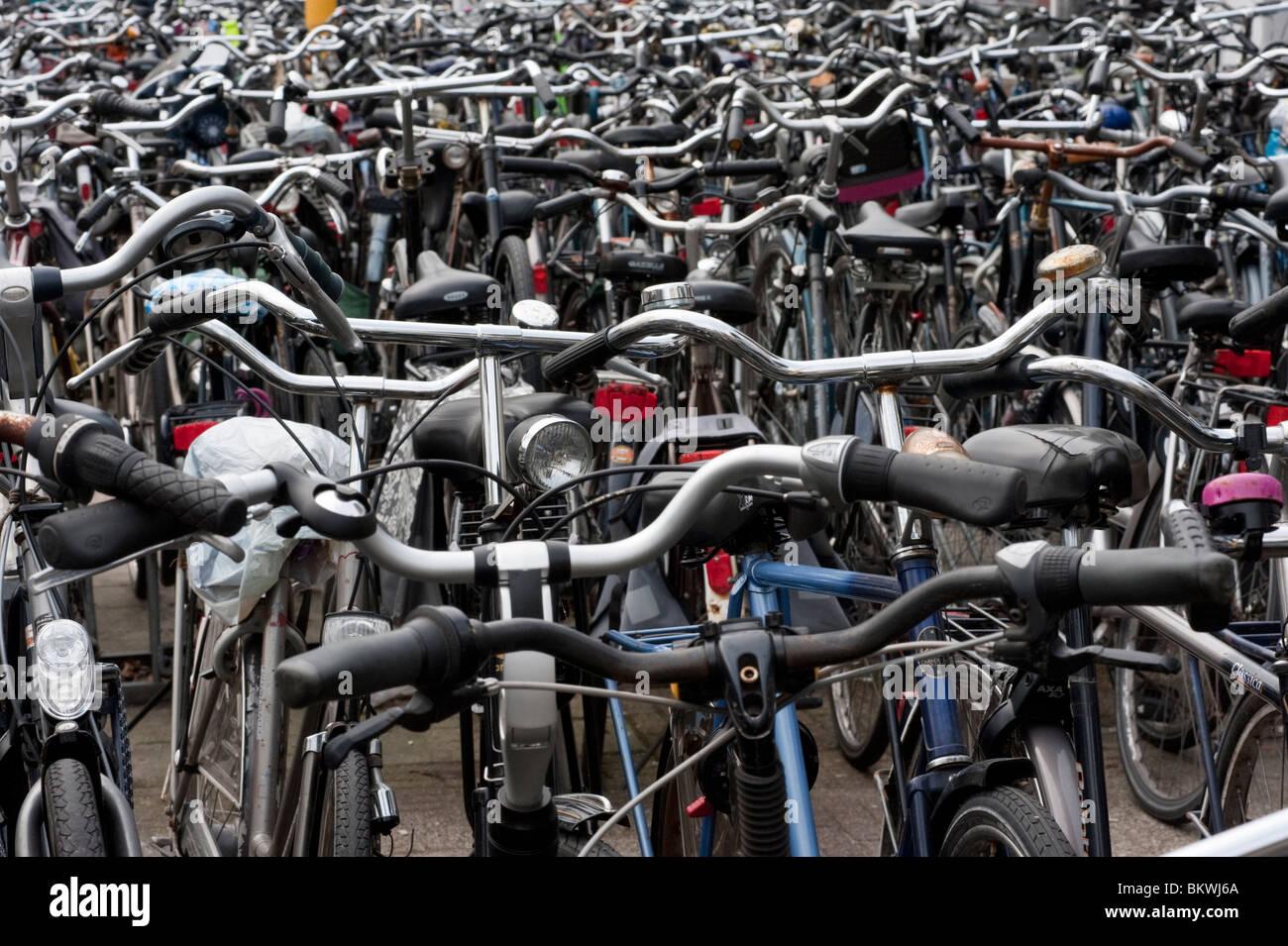Molte biciclette parcheggiate fuori in città in Paesi Bassi Immagini Stock