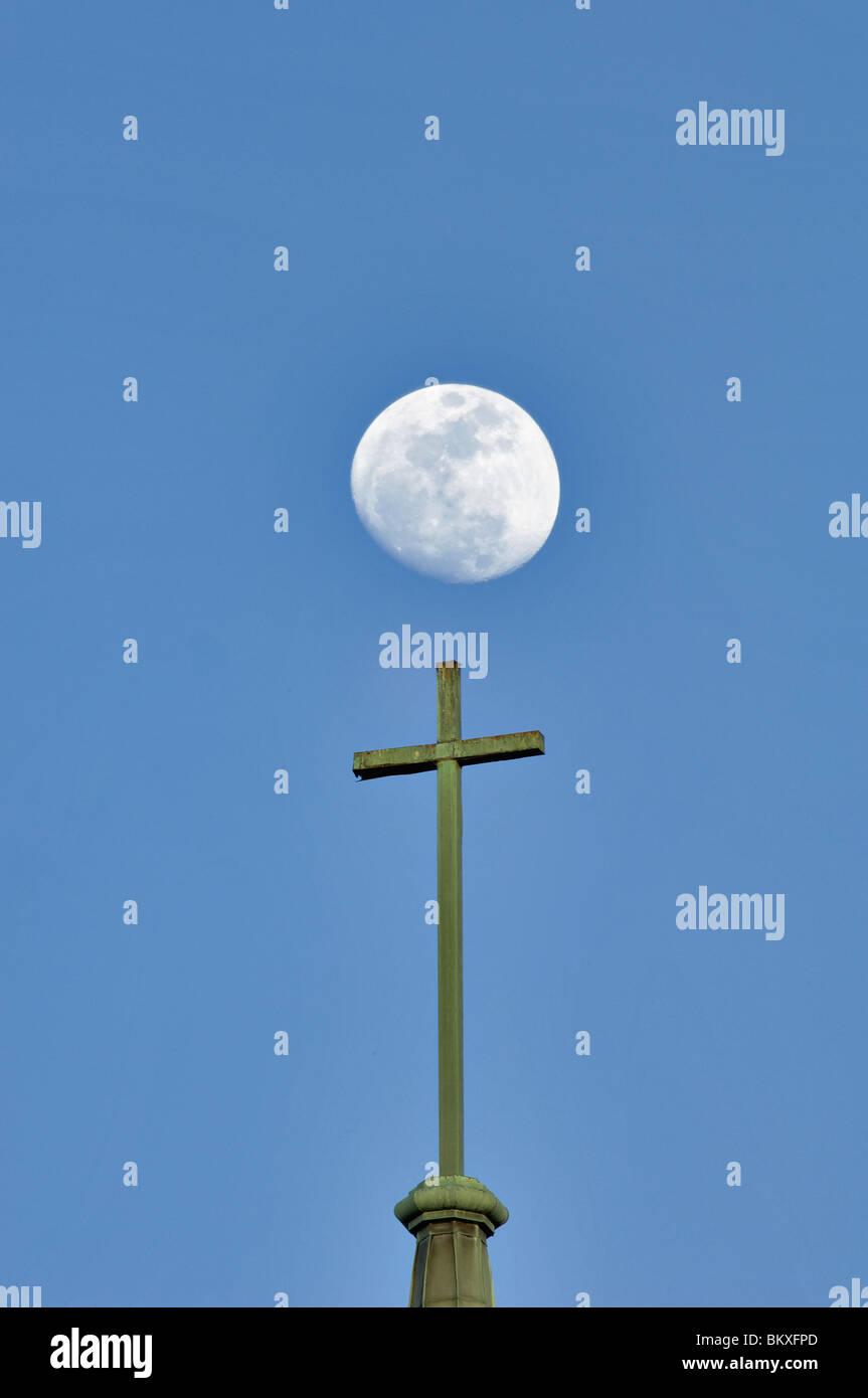 Una croce cristiana sulla cima del Campanile con Luna dietro in Kannapolis, Carolina del Nord Immagini Stock