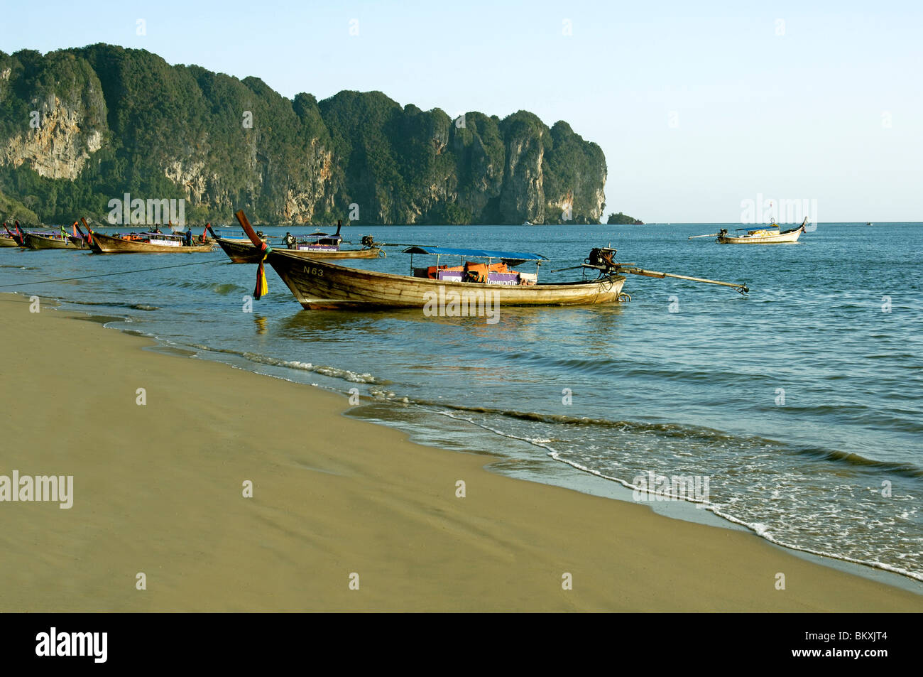 Barca sulla spiaggia di Krabi in Thailandia ; a sud est asiatico Foto Stock