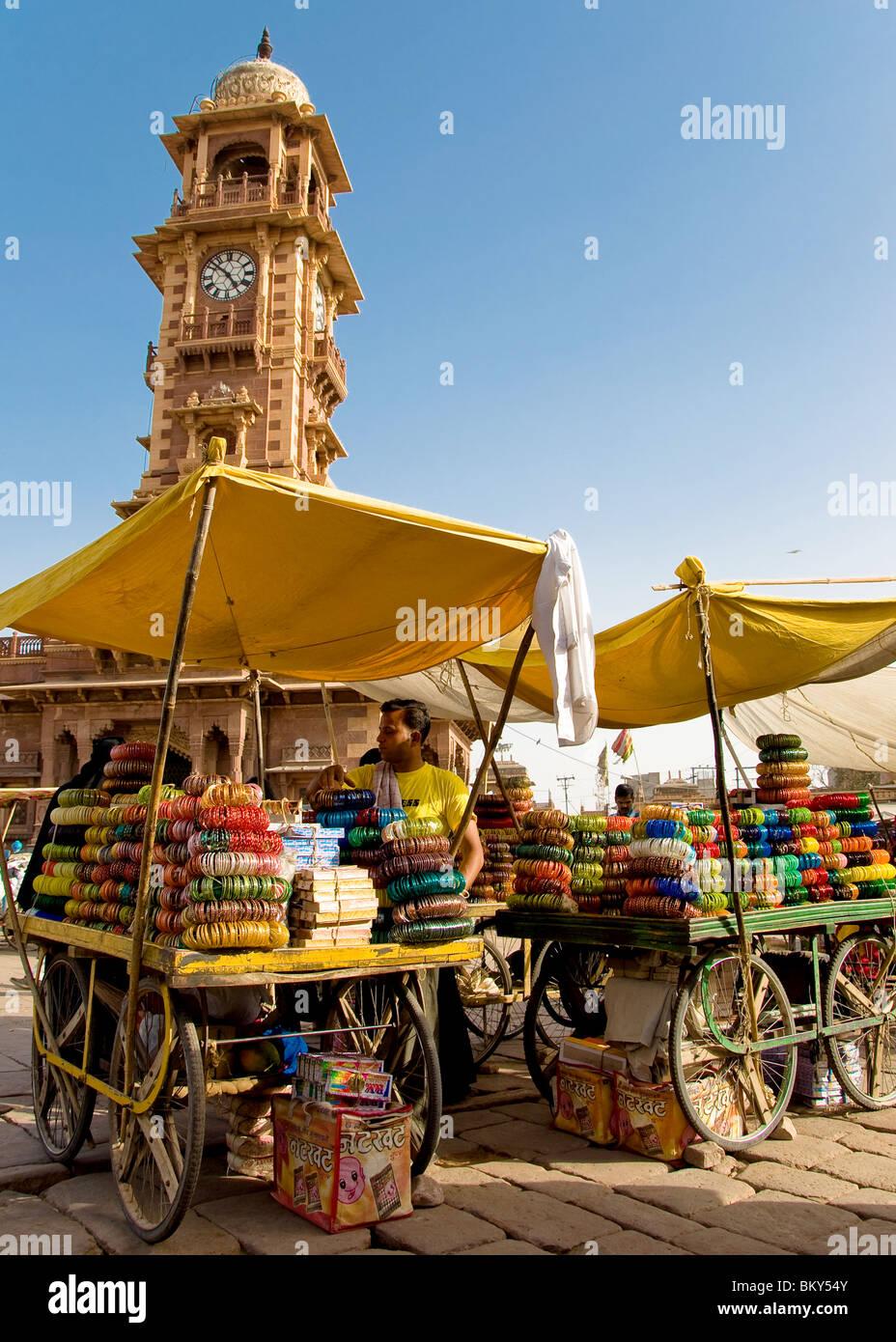 Le bancarelle del mercato e la Torre dell Orologio, Jodhpur, Rajasthan, India Immagini Stock