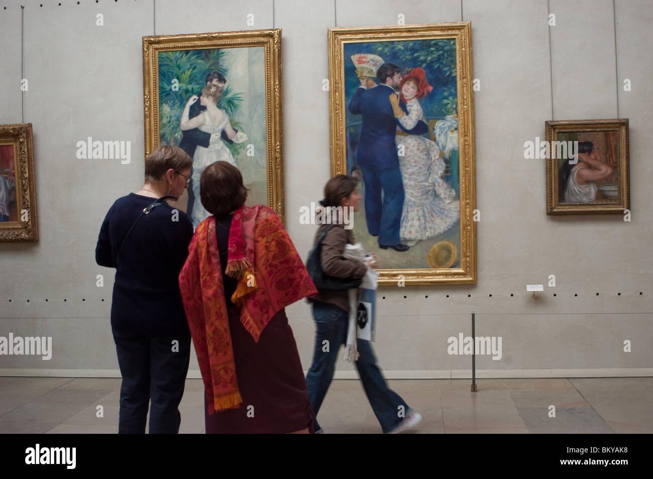 Parigi, Francia - Donne guardando all' impressionismo francese dipinti, all'interno del museo di Orsay, Immagini Stock