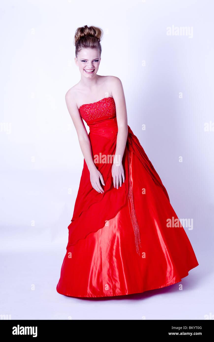 Ritratto di giovane donna guardare al sorriso della fotocamera e in rosso Palla  abito  d7f8083b1dc