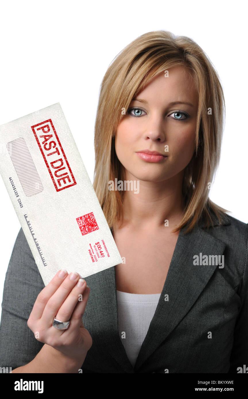 Bella giovane donna azienda passato a causa busta isolato su bianco Immagini Stock