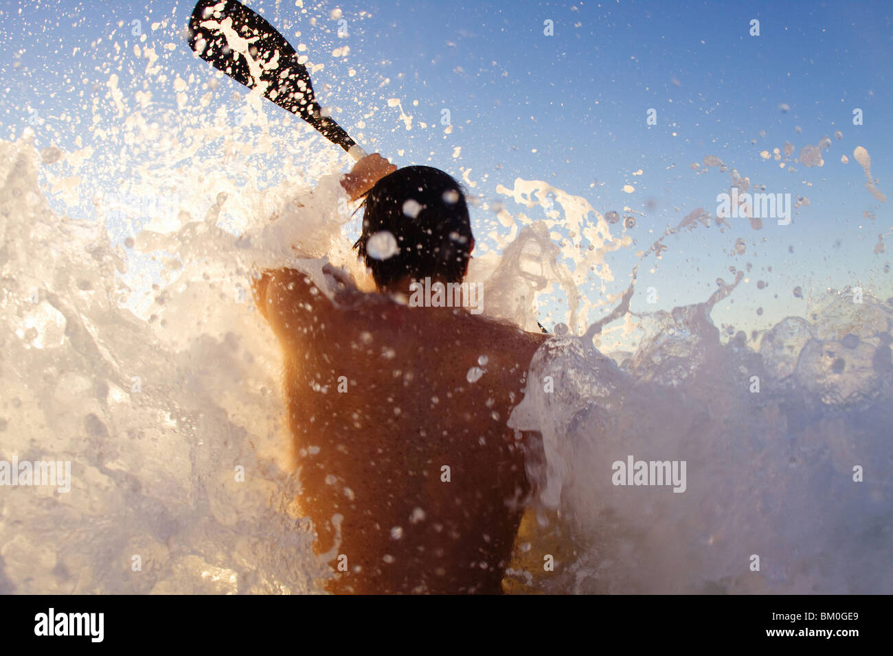 Giovane uomo kayak su onda elevata, Sun Coast Beach, Durban, KwaZulu-Natal, Sud Africa Foto Stock