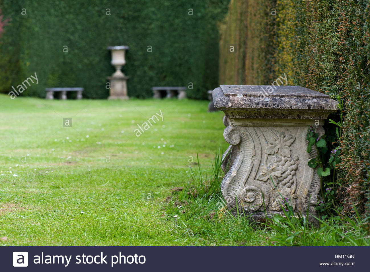Il Sedile In Pietra In Un Giardino Formale Waterperry Giardini