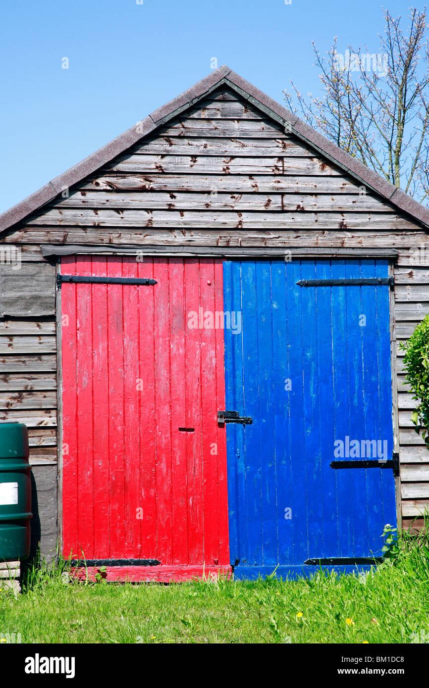 Capannone con il rosso e il blu porta. Immagini Stock