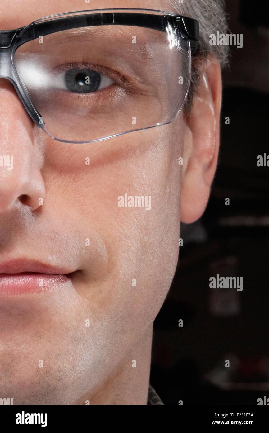 Ritratto di un dottore che indossa gli occhiali di protezione Foto Stock