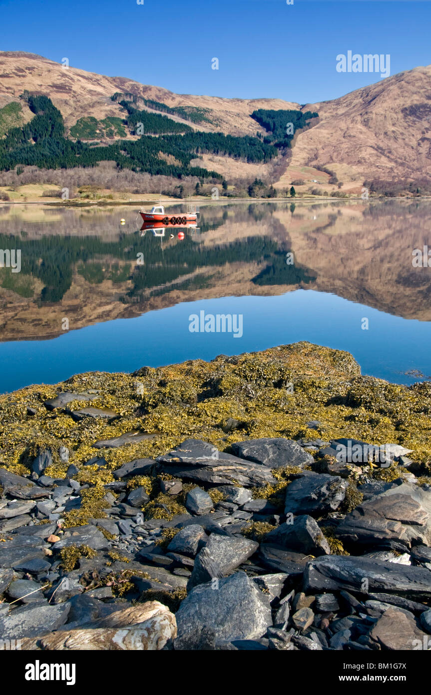 Riflessioni in Loch Leven, vicino a Ballachulish, Glencoe, Highlands scozzesi, Scotland, Regno Unito Foto Stock