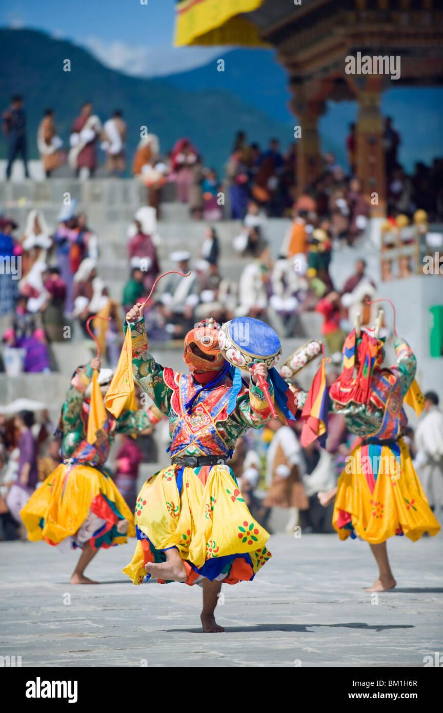 Ballerini in costume tradizionale, Autunno Tsechu (festival) al Trashi Chhoe Dzong, Thimpu, Bhutan, Asia Immagini Stock