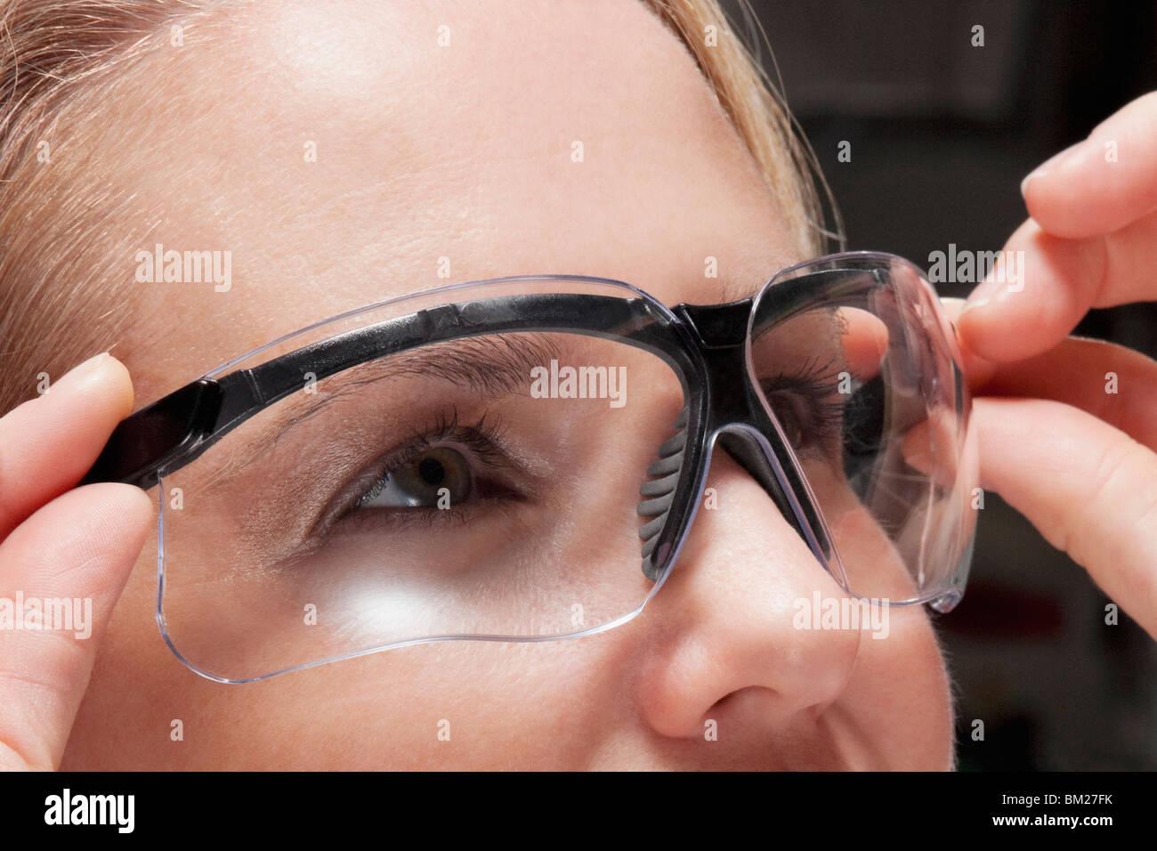 Close-up di un medico donna che indossa un occhiali protettivi Foto Stock