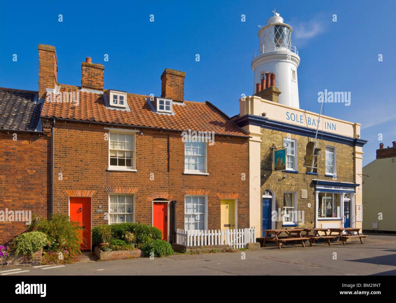 La suola Bay Inn pub con Southwold faro dietro, Southwold, Suffolk, Regno Unito Immagini Stock