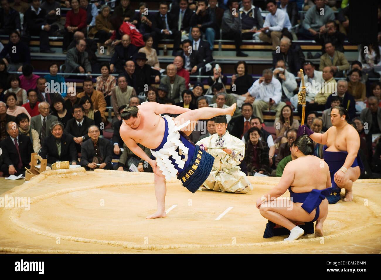 Fukuoka Sumo concorrenza, inserendo l'anello cerimonia, Kyushu Basho, citta' di Fukuoka, Kyushu, Giappone Foto Stock