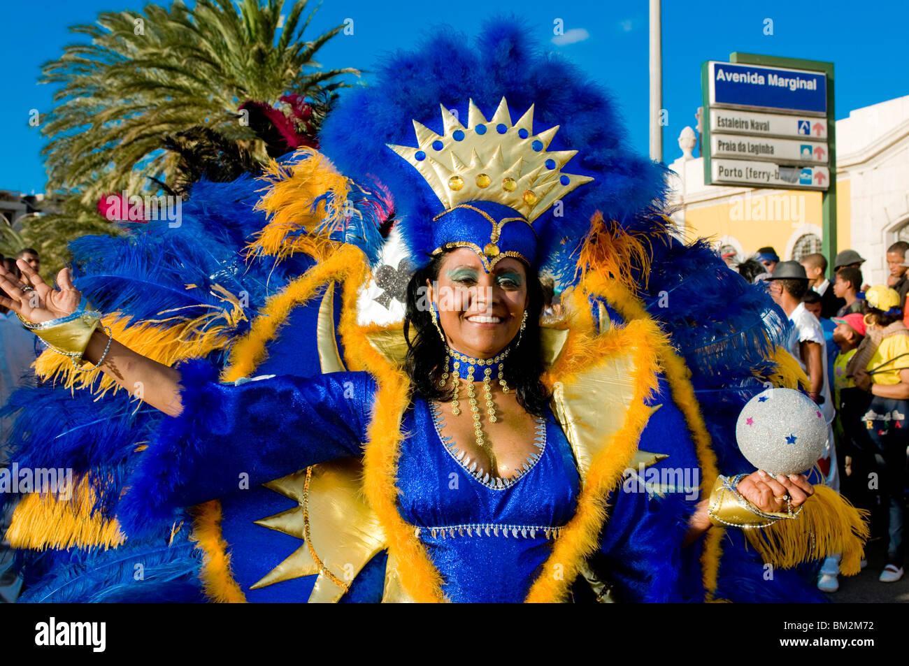Pretty Woman in un colorato costume di carnevale, Mindelo, Sao Vicente - Capo Verde Immagini Stock